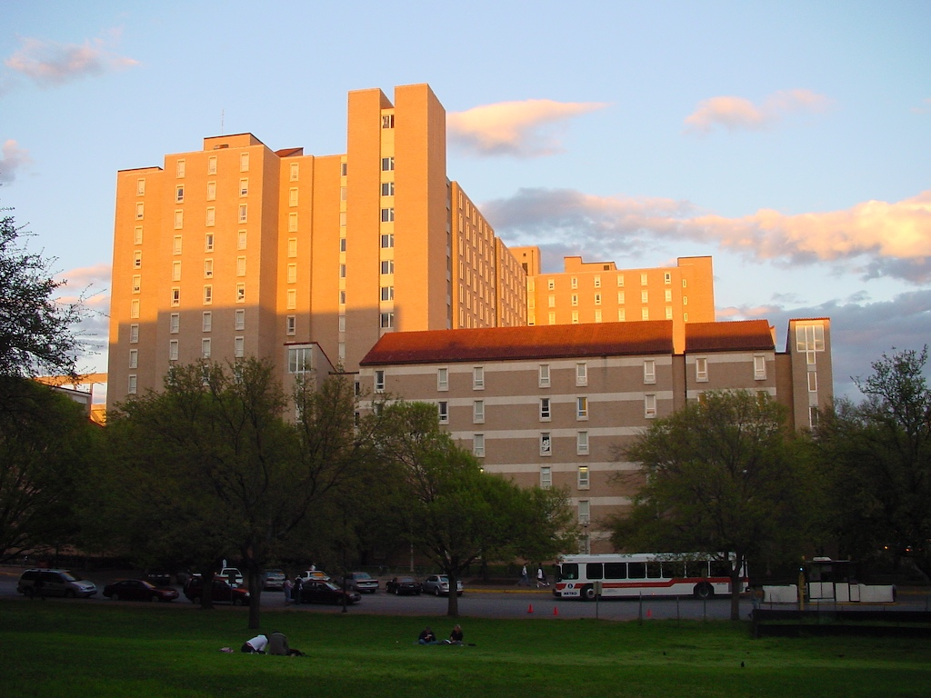 Jester_Dormitory_on_the_campus_of_the_University_of_Texas_at_Austin_(19_03_2003)